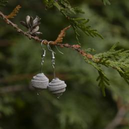 Valkoiset nahkaiset korvakorut