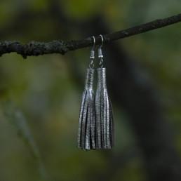 hopeanväriset nahkaiset korvakorut